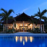 Vooraanzicht van de villa op Bali bij nacht.