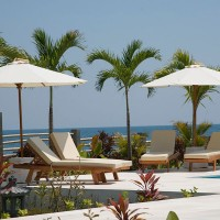 Lekker relaxen in de luxe ligstoelen die langs het zwembad staan van ons vakantiehuis op Bali.