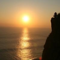 Het ondergaan van de zon in de Bali zee.
