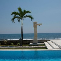 Na het zwemmen afspoelen onder de buitendouche met uitzicht op de Bali zee.