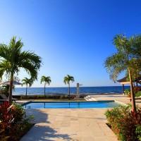 Via de goed onderhouden tuin naar het zwembad met uitzicht op de Bali zee.