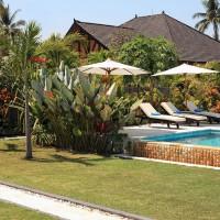 Ontspannen aan het zwembad omgeven met een prachtige tuin in ons vakantiehuis op Bali.