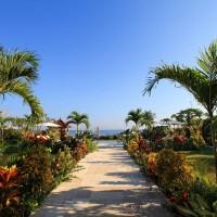 Via het pad door de goed onderhouden tuin van het vakantiehuis op Bali loop je zo naar de zee.